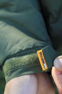 Sťahovanie rukávu je taktiež na odolný suchý zips doplnený s decentným logom