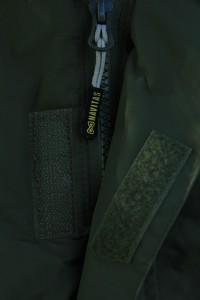 Kvalitný zips doplnený o decentné logo