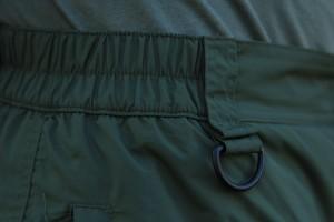 Nohavice majú gumové sťahovanie, aby padli skutočne každému. Sú doplnene o očko pre zavesenia napríklad príposluchu.